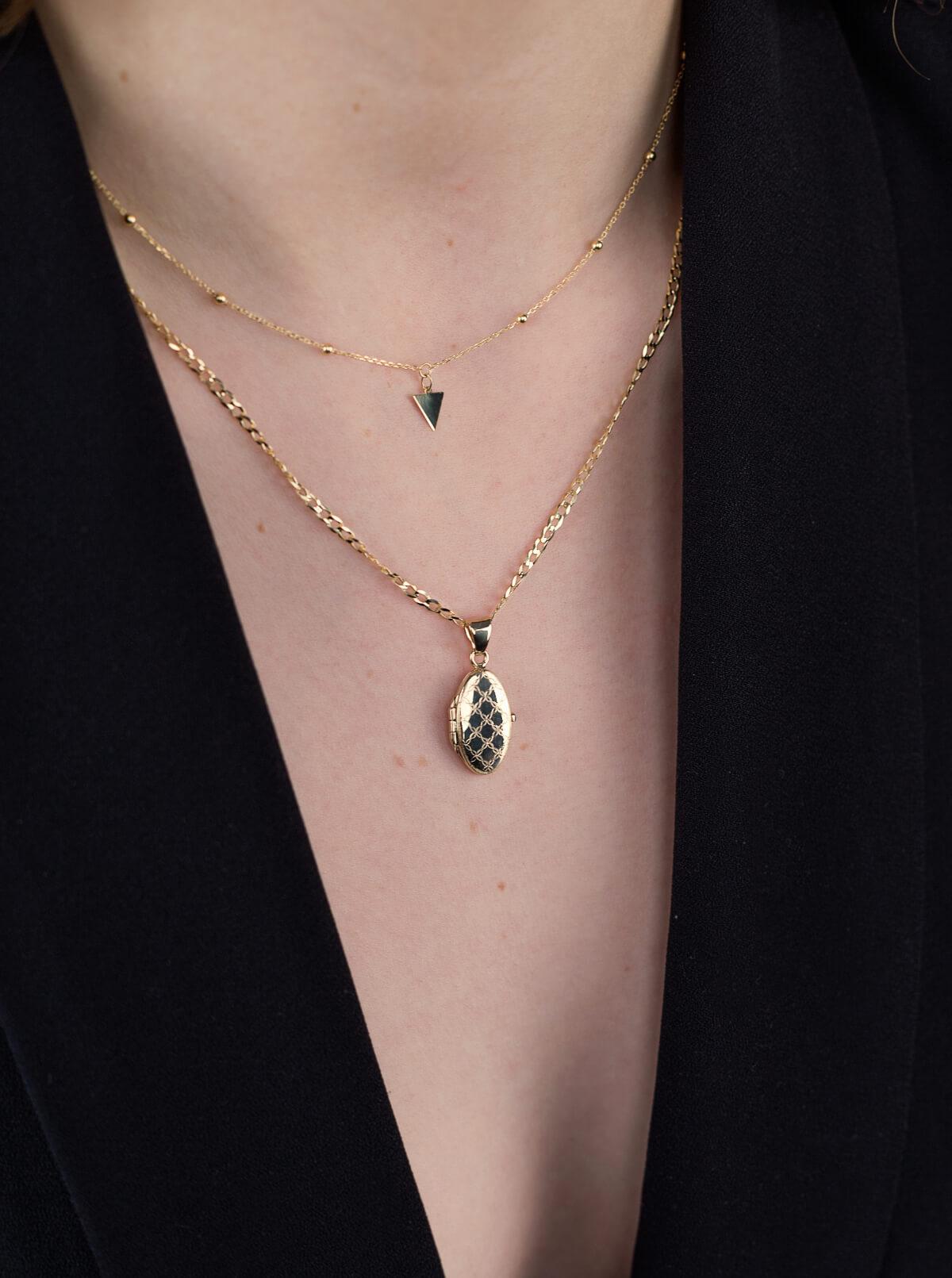 Modelka prezentuje złotą biżuterię autorską