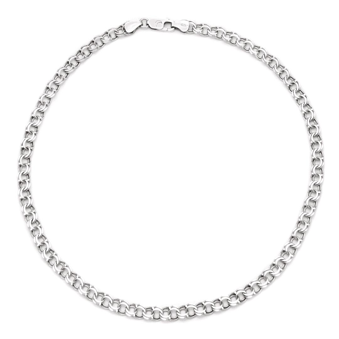 Srebrny masywny łańcuch o skomplikowanym splocie na jasnym tle.