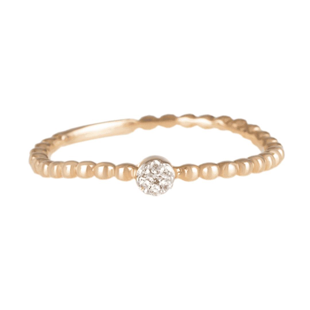 Pierścionek wykonany z żółtego złota z kilkoma naturalnymi diamentami w centrum.