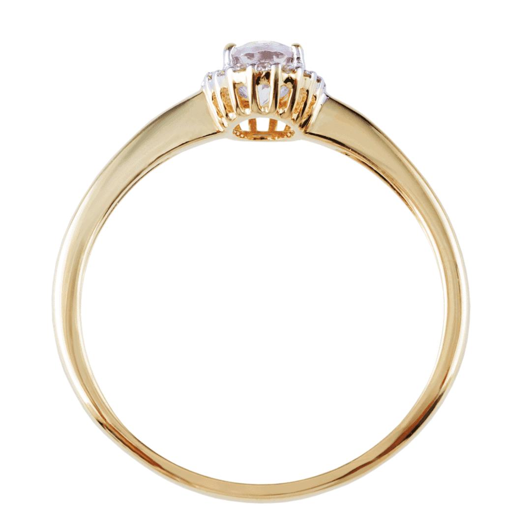Precyzyjnie wykonany złoty pierścionek z morganitem i diamentami ukazany w widoku od góry.