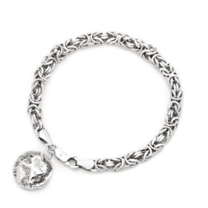 Masywna srebrna bransoletka z unikatowym splotem oraz z zawieszką w formie Księżyca w pełni na jasnym tle.