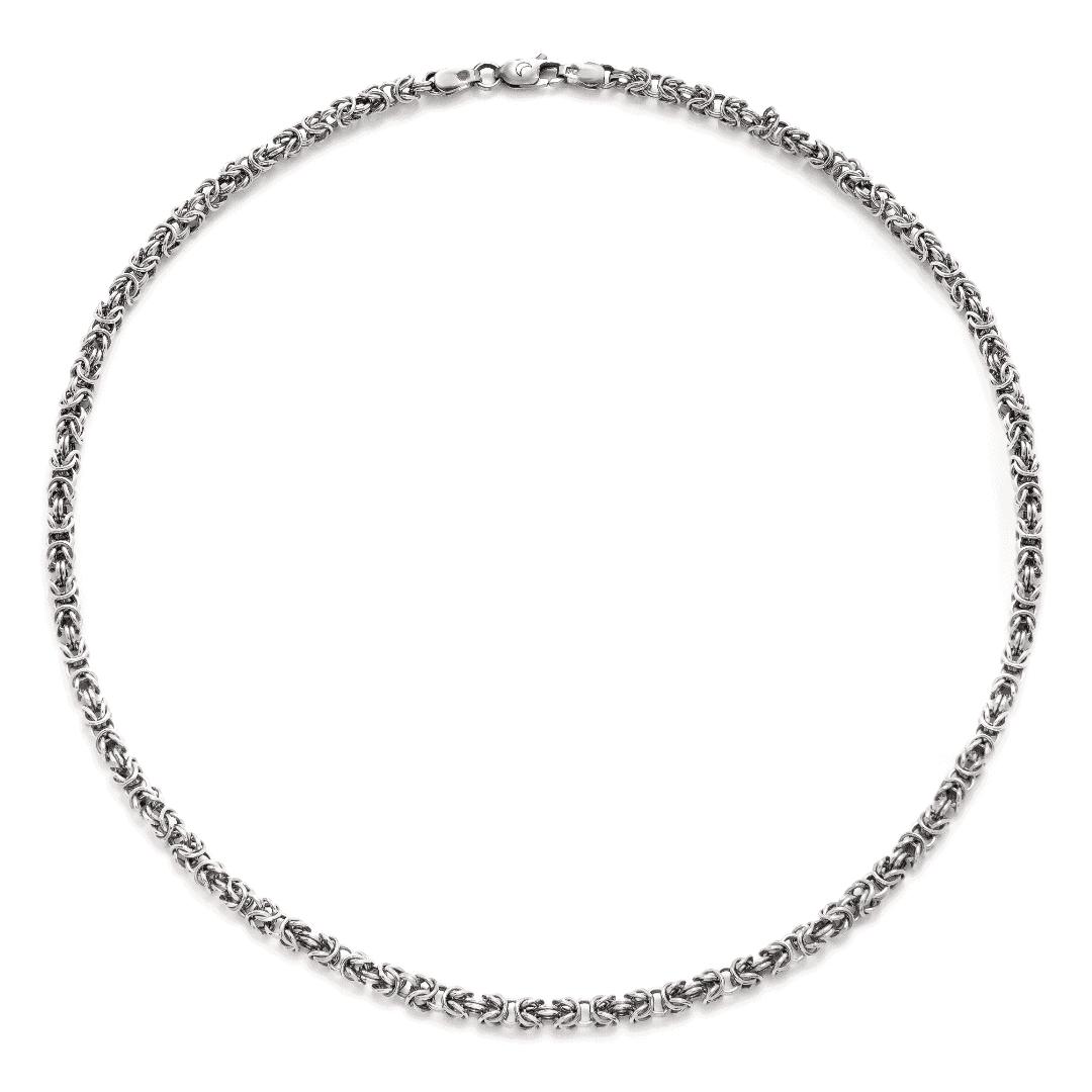 Masywny srebrny łańcuch o bardzo precyzyjnym splocie na jasnym tle.