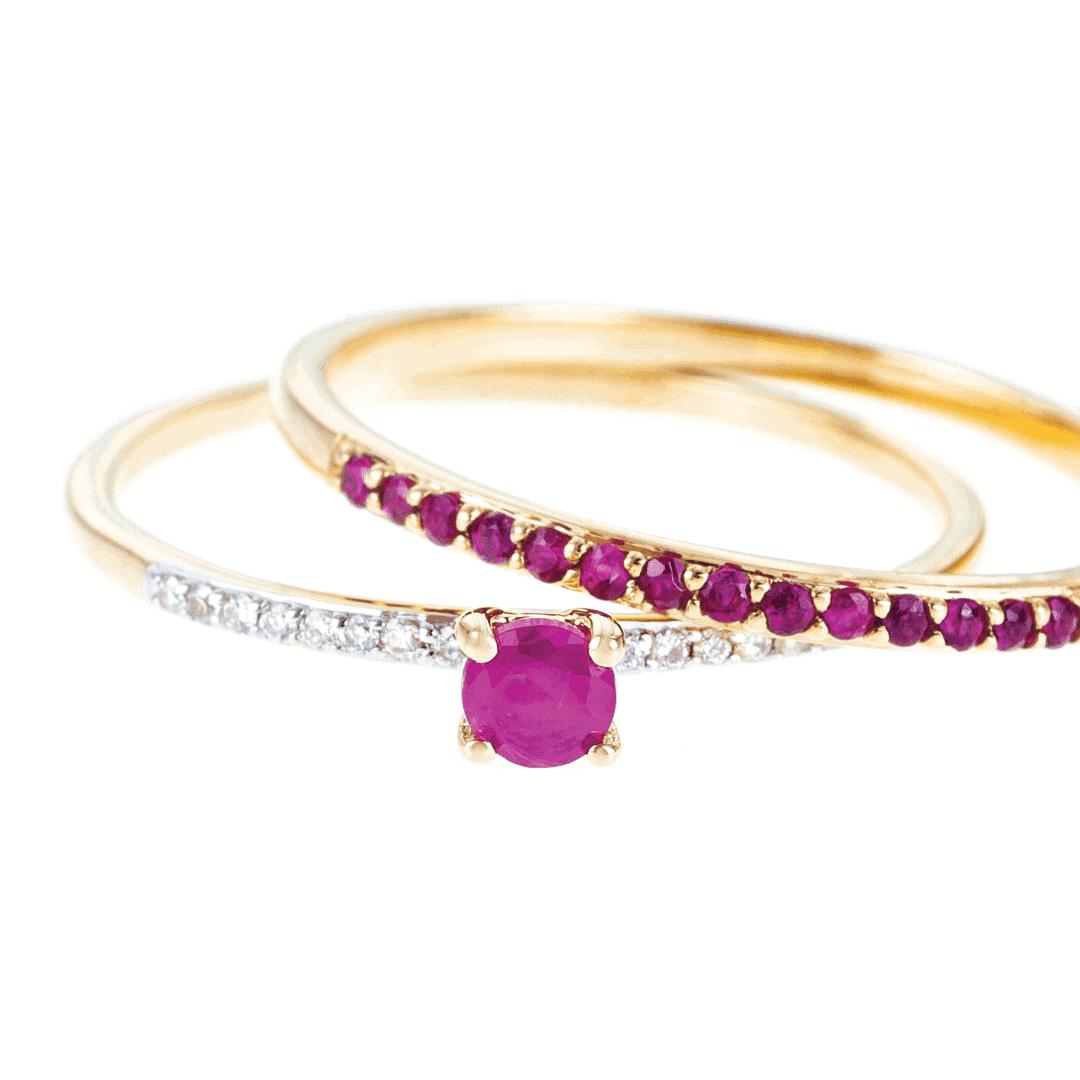 Zestaw złotych pierścionków z naturalnymi kamieniami szlachetnymi.