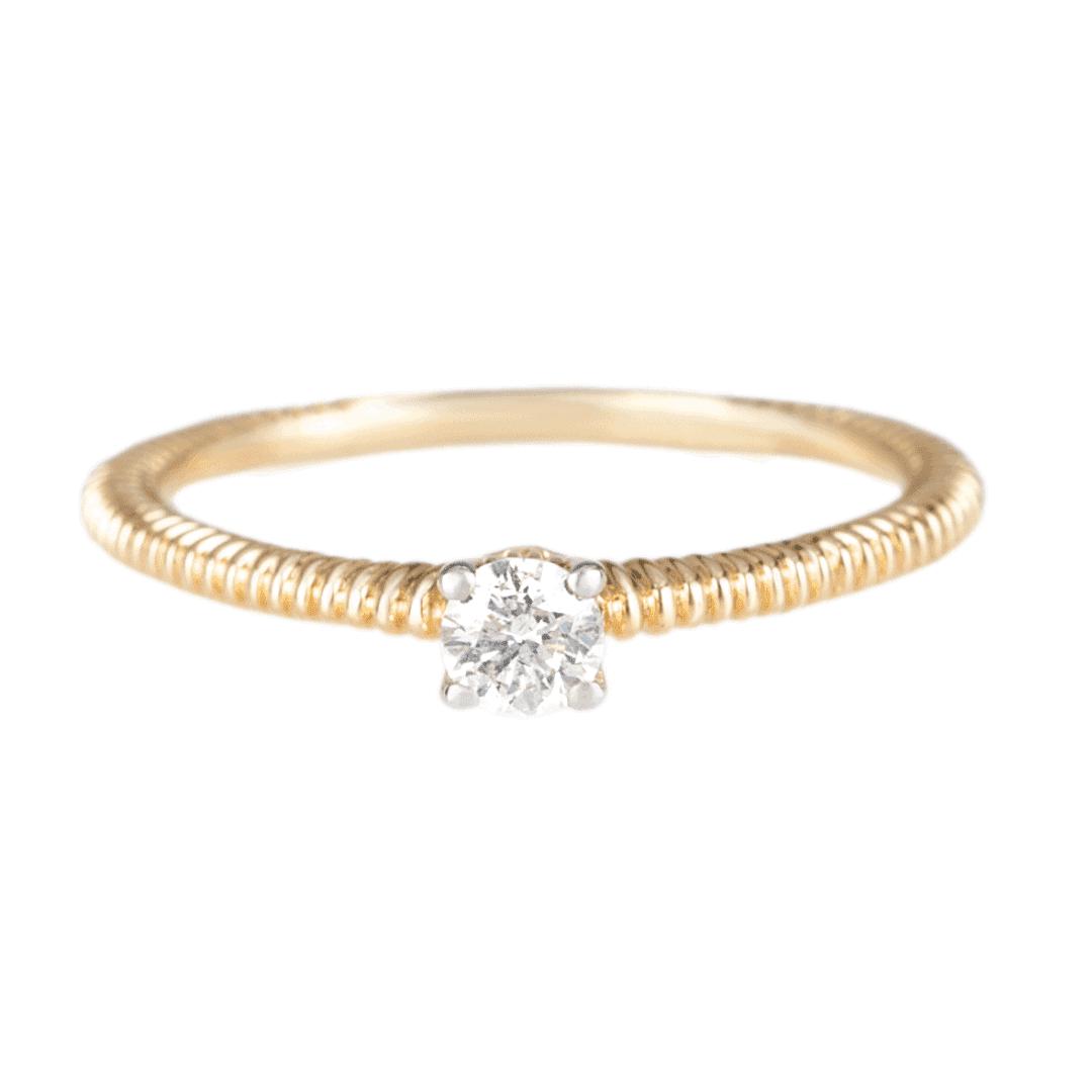 Nietuzinkowy pierścionek z żółtego złota z centralnie osadzonym diamentem