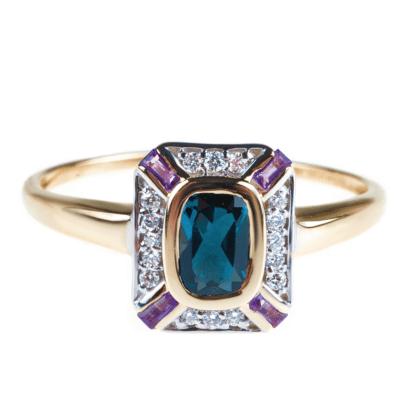 Złoty pierścionek z kolorowymi kamieniami szlachetnymi: centralnie znajduje się błękitny topaz, po bokach są diamenty i fioletowe ametysty.