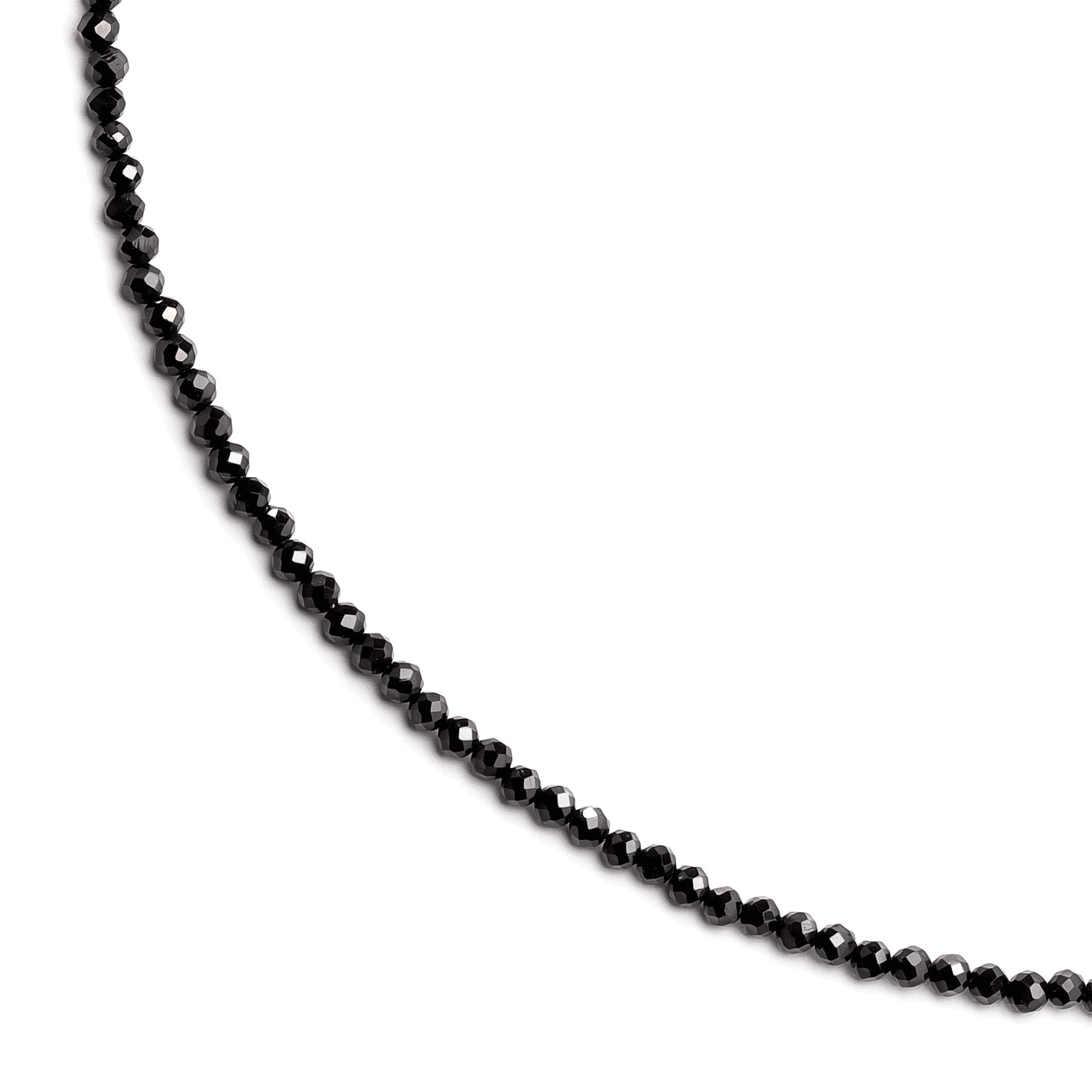 Czarne kamienie naturalne turmaliny na jasnym tle