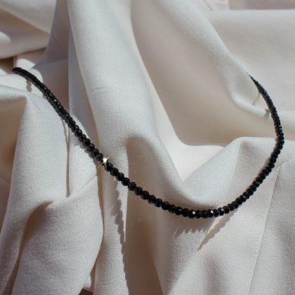 Naszyjnik z naturalnych turmalinów na jasnym materiale