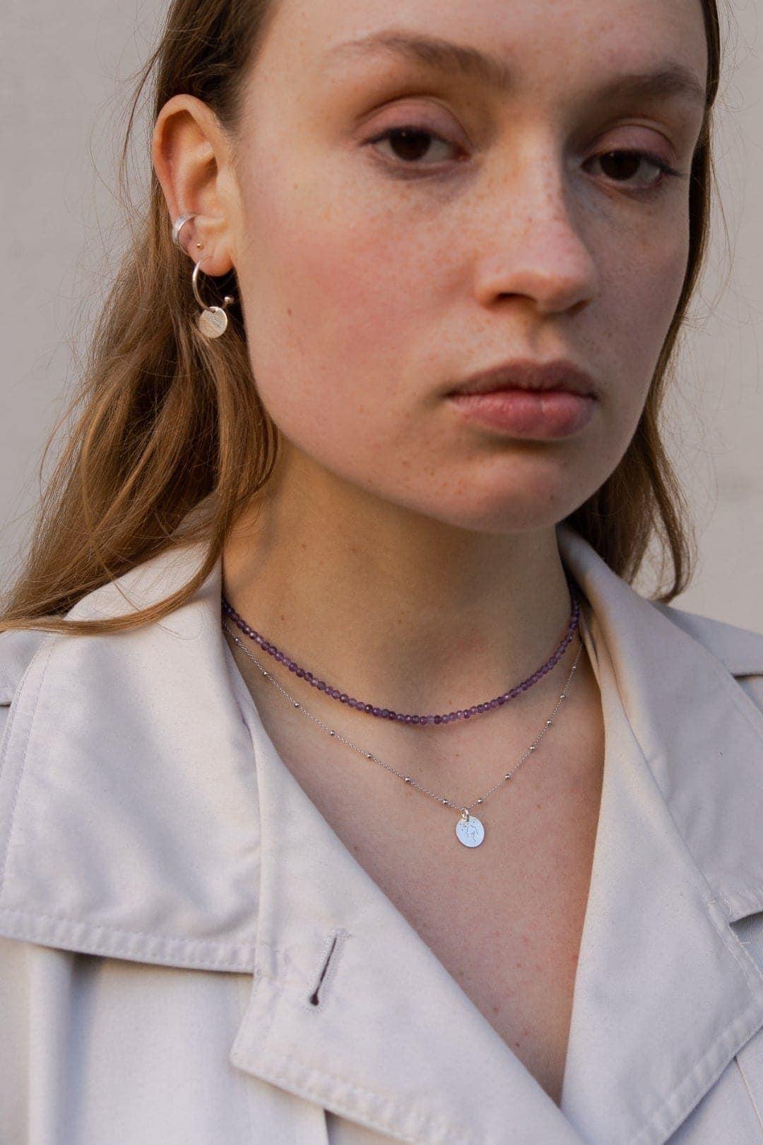 Modelka prezentuje fioletowy naszyjnik z