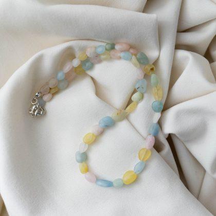 Naszyjnik z kolorowych kamieni matowionych na jasnym materiale