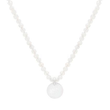Naszyjnik z białych, drobnych kamieni księżycowych z niebieskimi refleksami ze srebrną zawieszką
