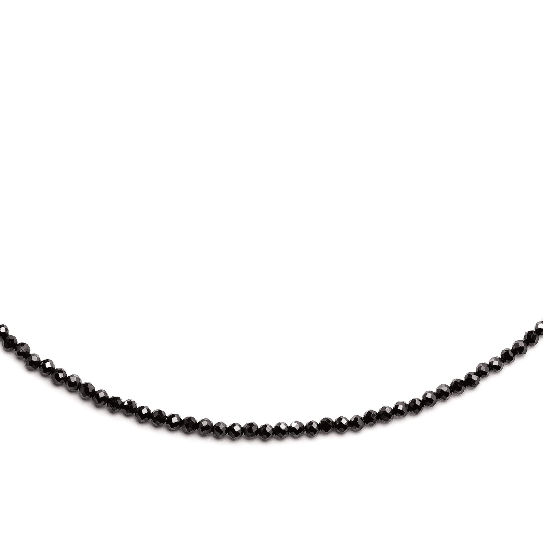 Czarny naszyjnik z kamieni naturalnych na jasnym tle.