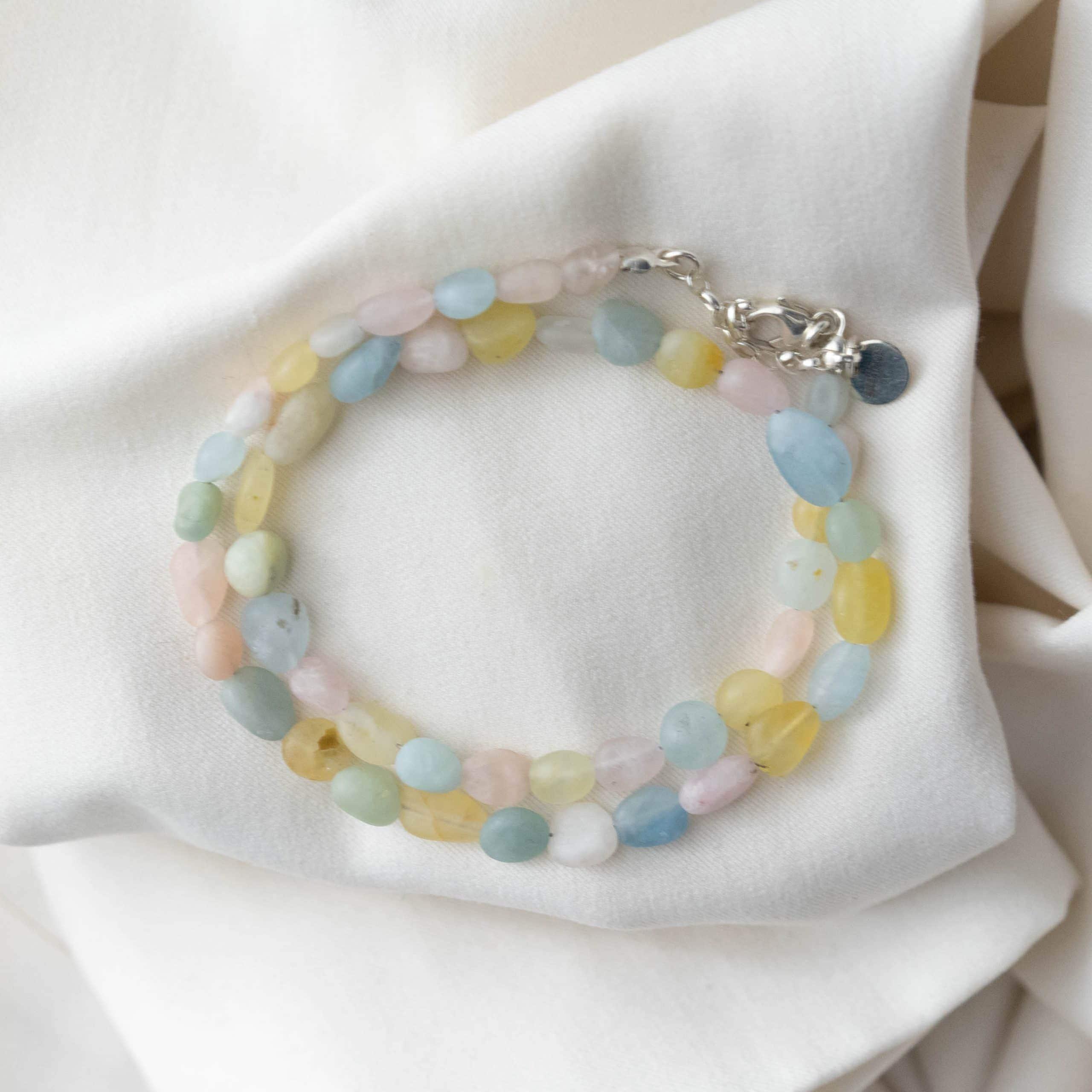 Naszyjnik z kolorowych, matowych kamieni naturalnych na jasnym materiale