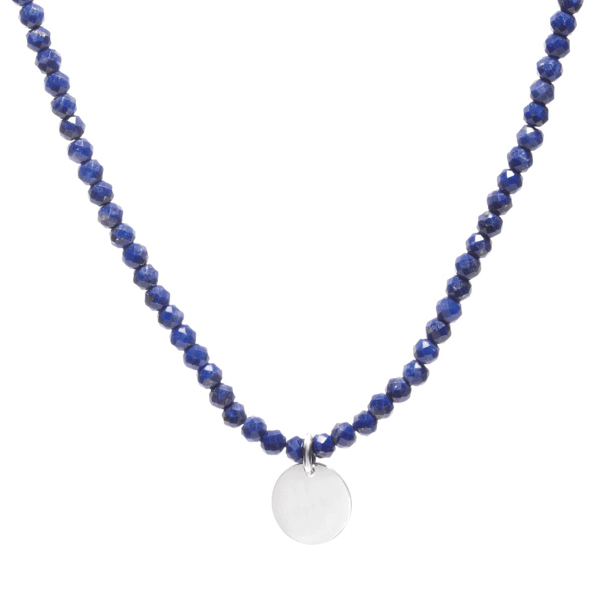 Naszyjnik z lapis lazuli z zawieszką na jasnym tle