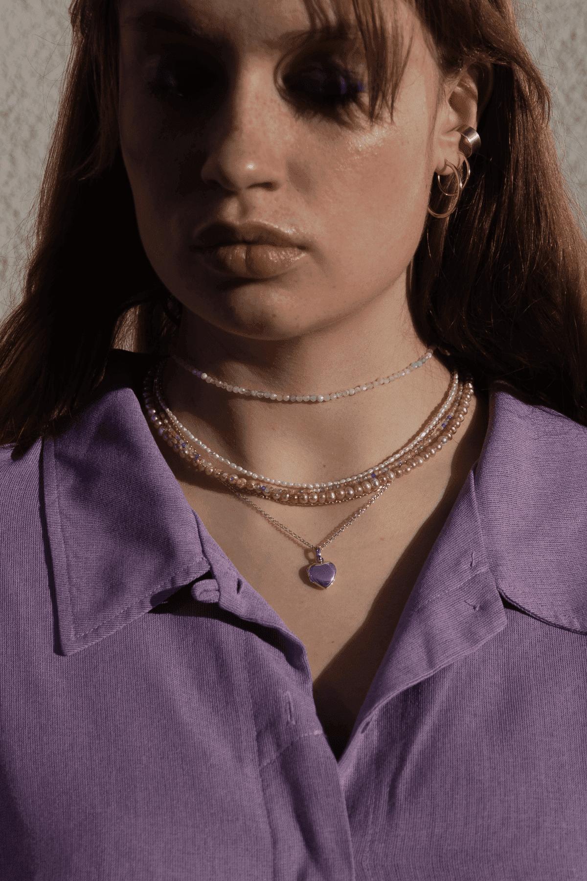 Modelka prezentuje zestaw naszyjników z kamieniami naturalnymi.