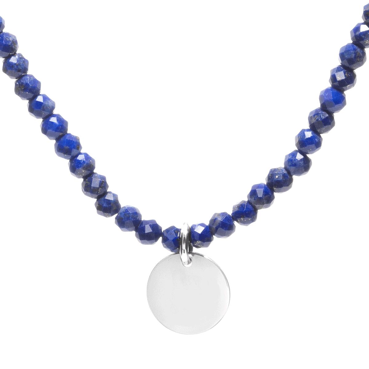 Naszyjnik z grawerem lapis lazuli na jasnym tle.