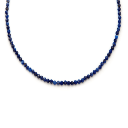 Niebieski naszyjnik z drobnych kamieni naturalnych na jasnym tle
