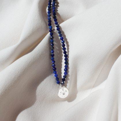 Naszyjnik z drobnych niebieskich kamieni z zawieszką i grawerem MOON EYE