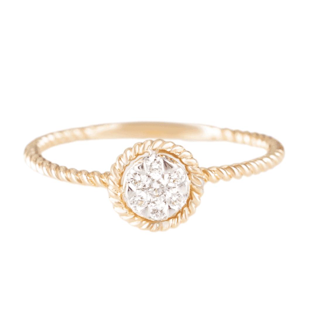 Delikatny pierścionek ze złota z diamentami na jasnym tle