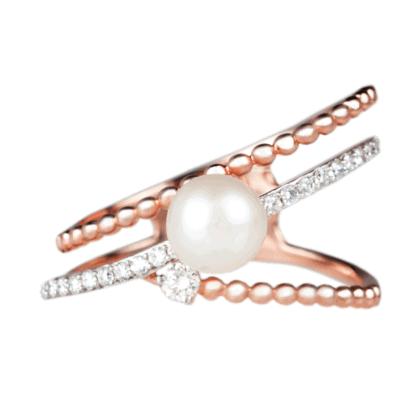 Pierścionek z różowego złota z diamentami i perłą na jasnym tle.