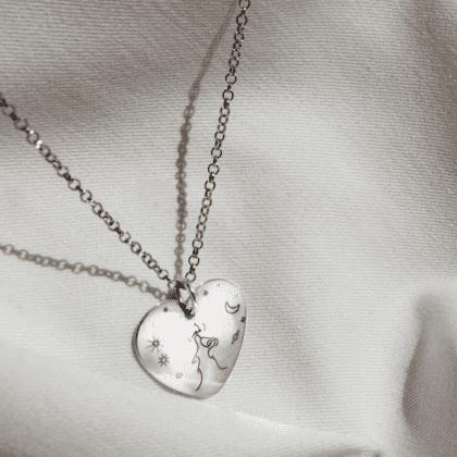 Srebrny naszyjnik z grawerem na jasnym materiale