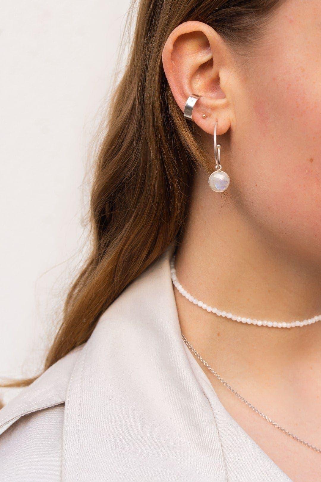 Modelka prezentuje zestaw biżuterii z kamieni księżycowych