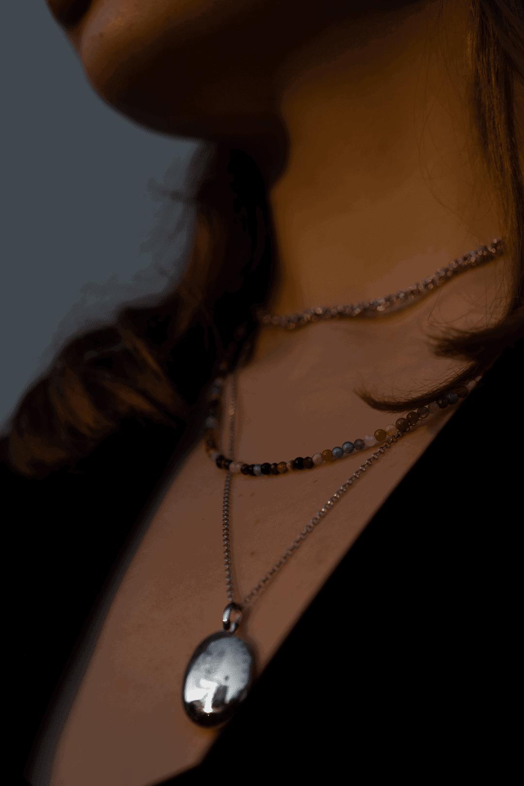 Modelka prezentuje zestaw naszyjników
