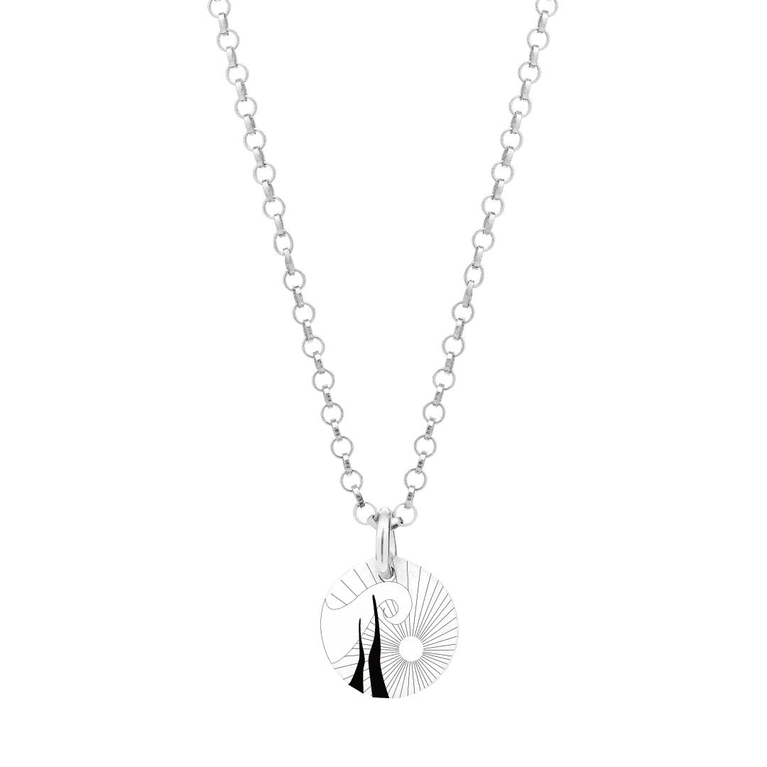 Naszyjnik z zawieszką ze srebra na jasnym tle