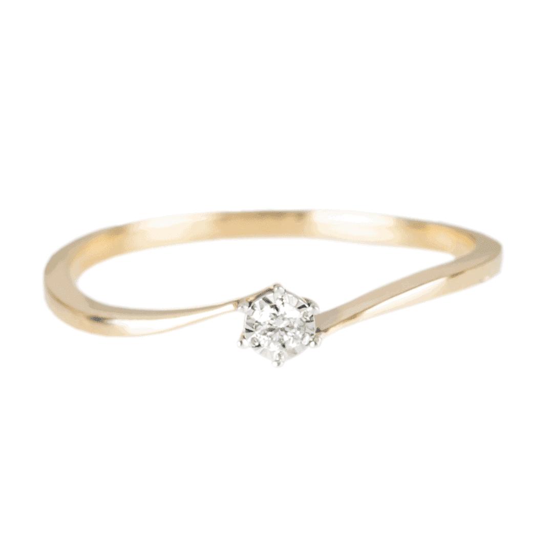Zaręczynowy pierścionek z żółtego złota z diamentem na jasnym tle.