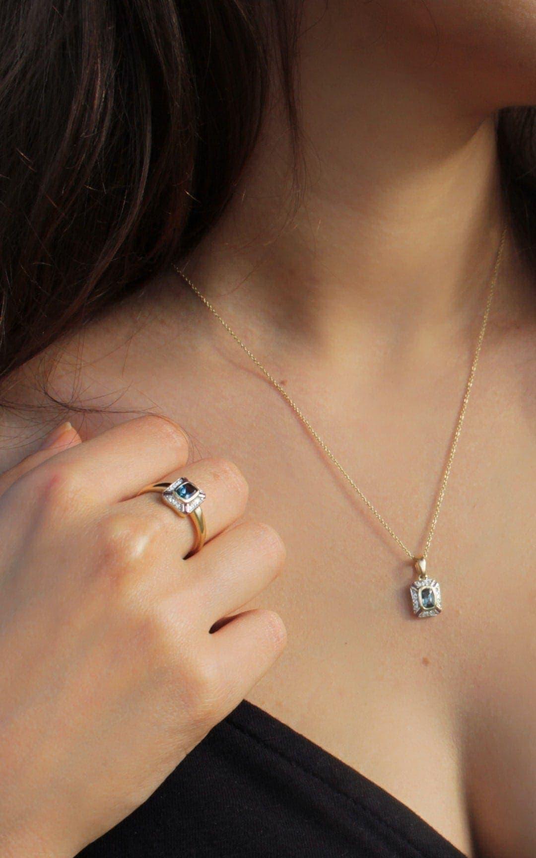 Modelka prezentuje zestaw biżuterii ze złota z topazami i diamentami