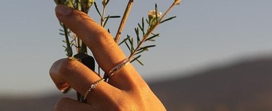 Złote pierścionki z najnowszej kolekcji BEMOON pośród natury i kwiatów