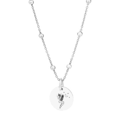 Srebrny naszyjnik z zawieszką i grawerem kobiety, gwiazd i księżyca.