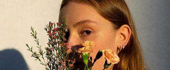 Rudowłosa modelka pozuje w kolczykach marki biżuterii autorskiej BEMOON