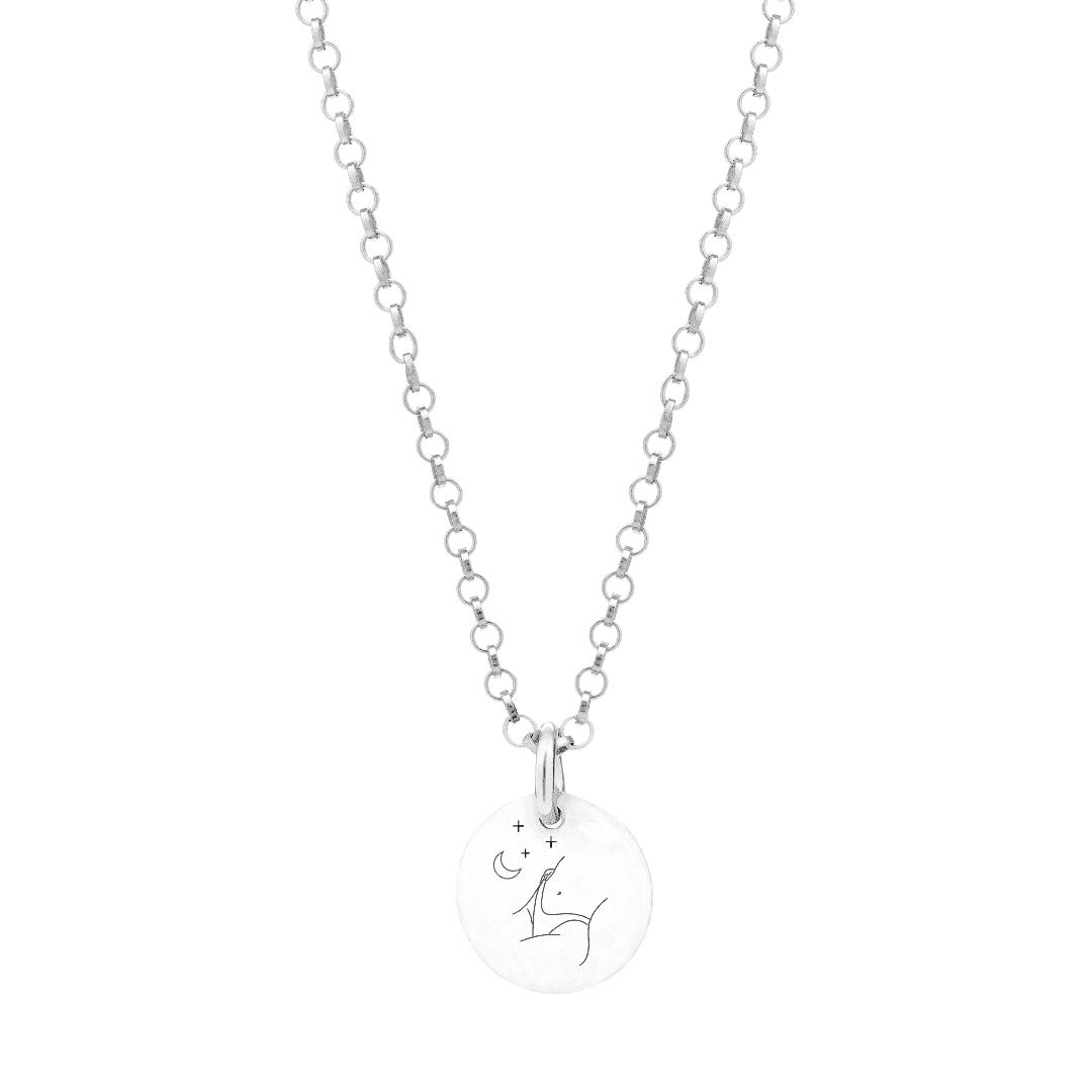 Srebrny naszyjnik z grawerem kobiety i astrologicznych elementów.
