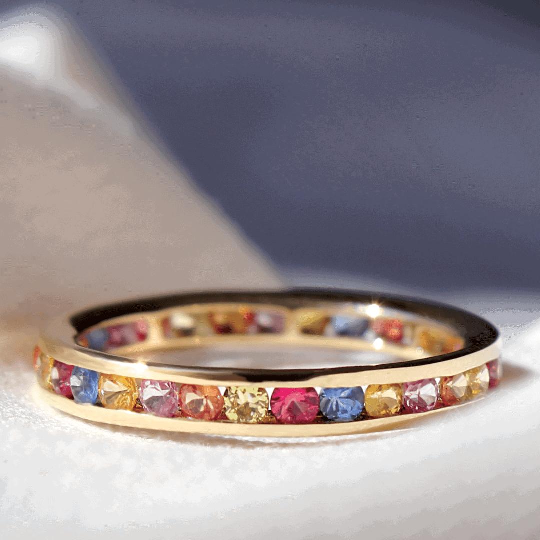 złoty pierścionek z kolorowymi kamieniami