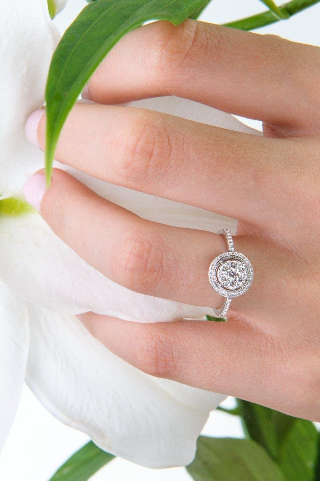 Modelka prezentuje pierścionek zaręczynowy z białego złota brylanty