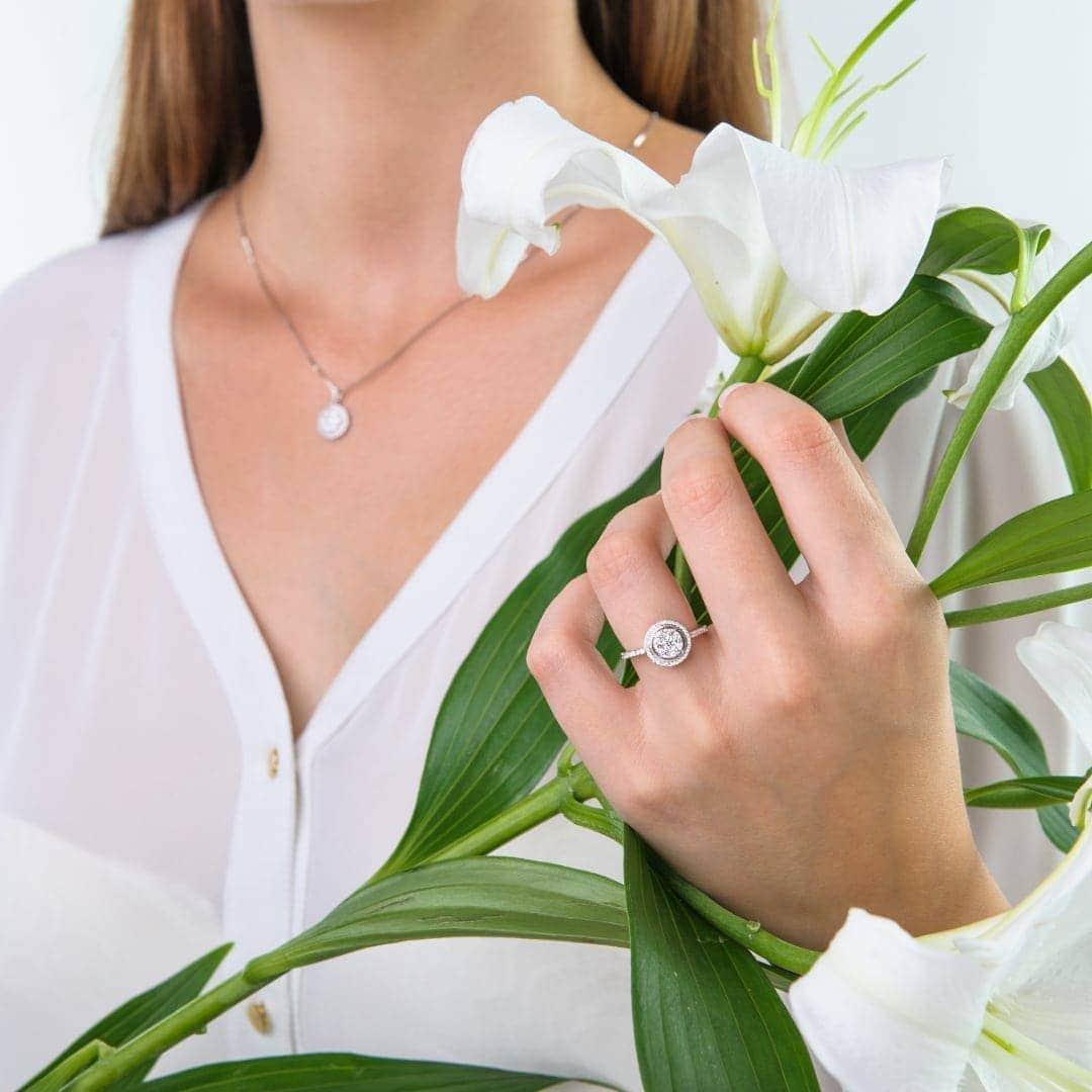 Modelka prezentuje komplet biżuterii z białego złota z diamentami