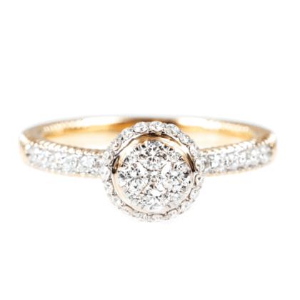 Złoty pierścionek z diamentami na jasnym tle.