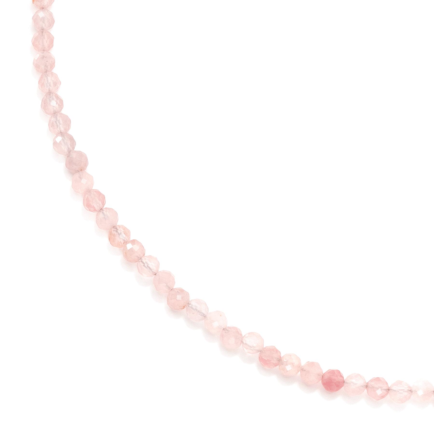 Naszyjnik z kamieni z kwarcem różowym na jasnym tle.
