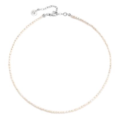 Choker na szyję z pereł naturalnych ze srebrnymi elementami.