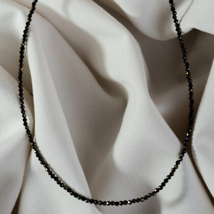 Czarny naszyjnik z kamieni naturalnych na jasnym tle