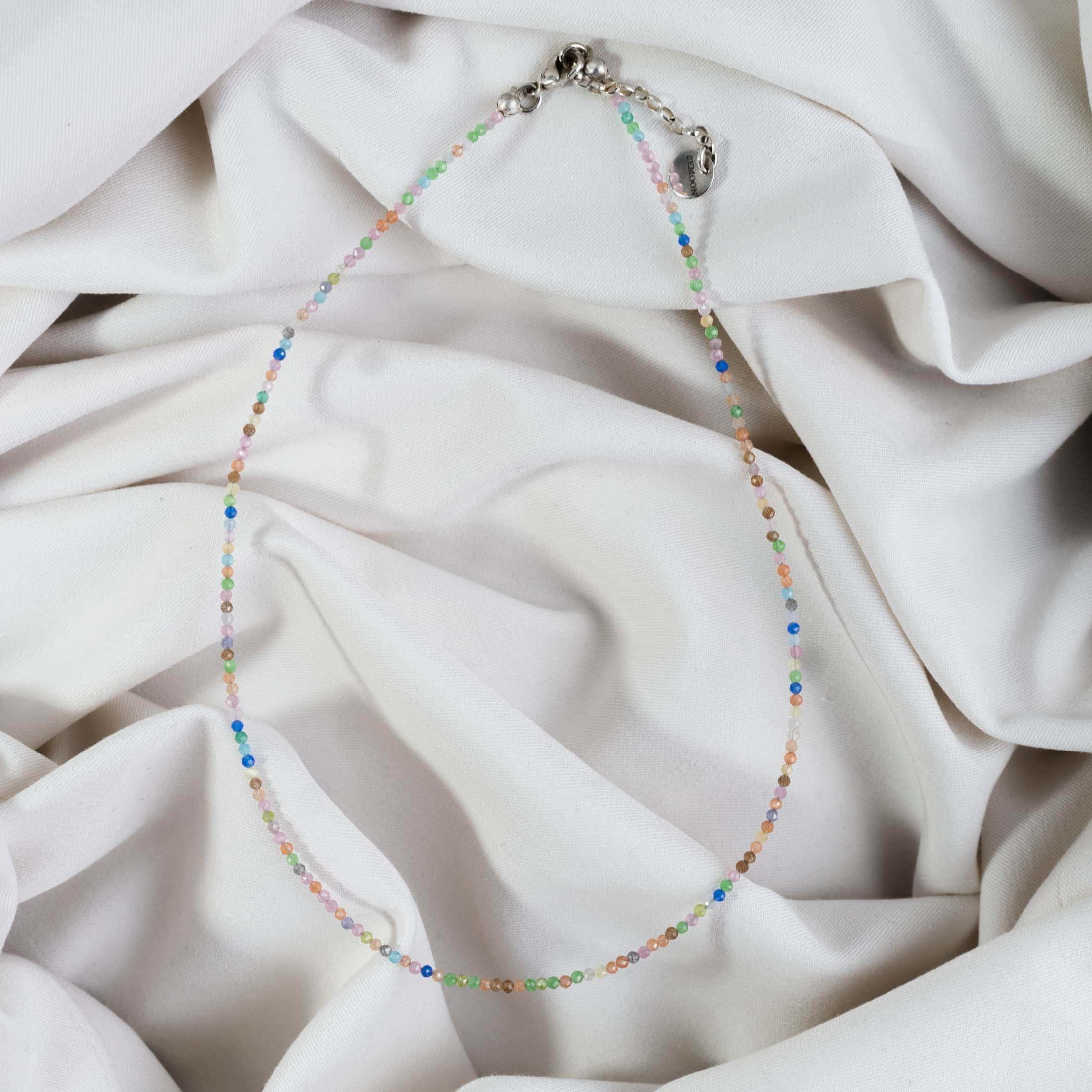 Naszyjnik z kolorowymi kamieniami na jasnym materiale