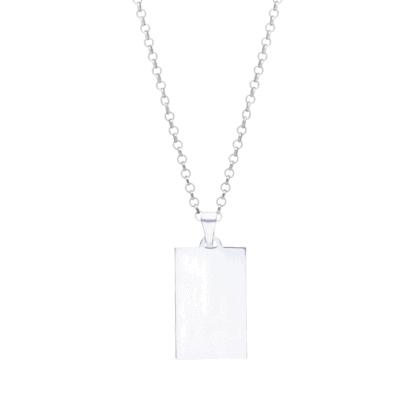 Personalizowany naszyjnik ze srebra na jasnym tle.