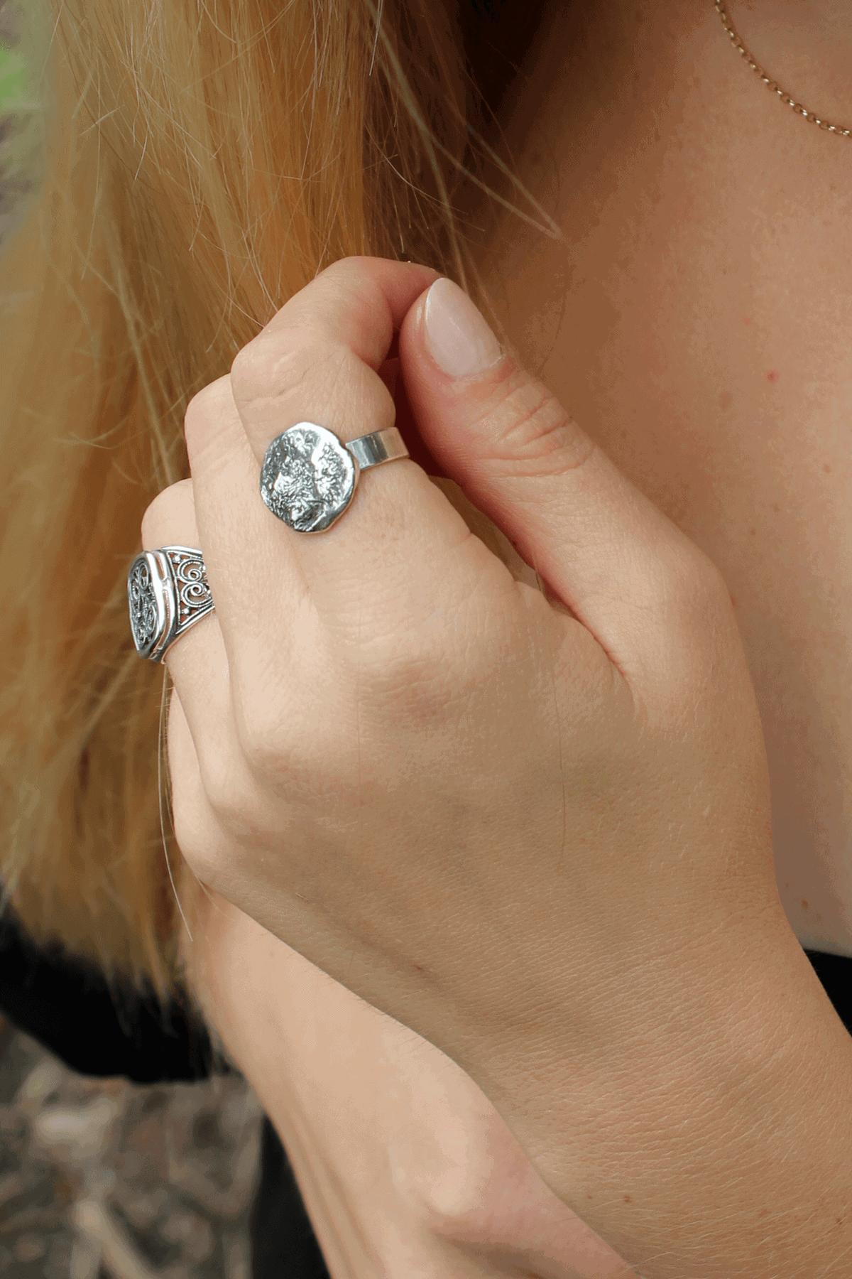 Modelka prezentuje srebrne pierścionki ręcznie robione.