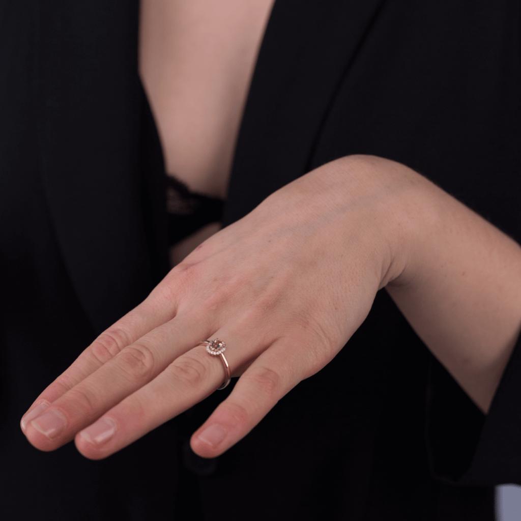 Złoty pierścionek z morganitem i diamentami